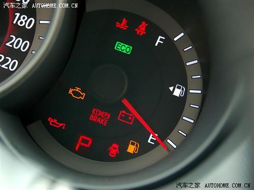 设置与仪表盘中的节油指示灯会在燃油高效率状态下亮