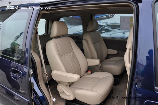 豪华商务车舒适版车型拥有独立双区自动空调,音响系统方面,它的cd