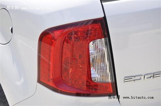 尾灯并非led光源 实为卤素灯泡 只是在灯罩内结构上相似