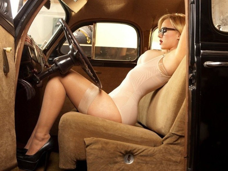 金发美女在车内演绎放浪不羁