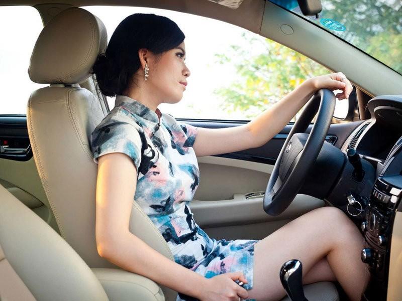 古典美女旗袍诱惑 和爱车演绎东方神韵