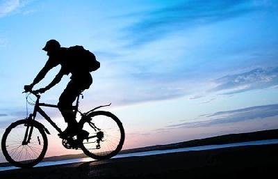 骑车要点:半身放轻松 重心放在脚踏上