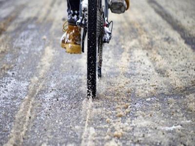 冬天冰面和恶劣天气的自行车骑行技巧