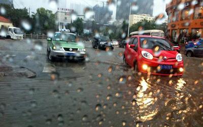 秋季到来阴雨连绵 雨天开车重点防雨雾