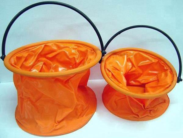 折叠水桶的材质通常选用高强度塑料改性助剂混炼而成