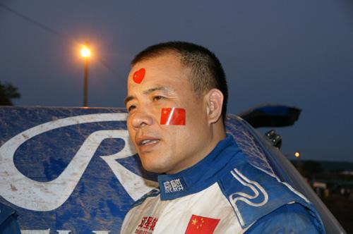直升飞机在空中航拍时再次拍摄到江耀桓在赛